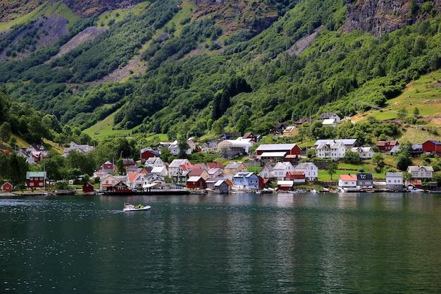 Небольшая деревня на согне-фьорде, норвегия