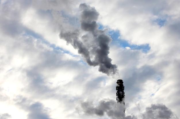 하늘에서 산업 기업의 굴뚝에서 연기. 주변 자연의 환경 문제
