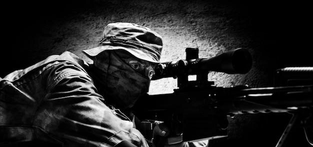 狙撃兵は横になり、望遠鏡の照準器を通して狙いを定めます。ミクストメディア