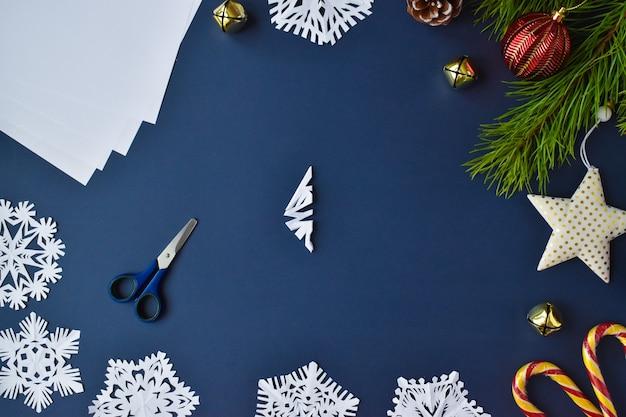 スノーフレークは紙でできています。ステップ8は三角形全体を切り取ります。