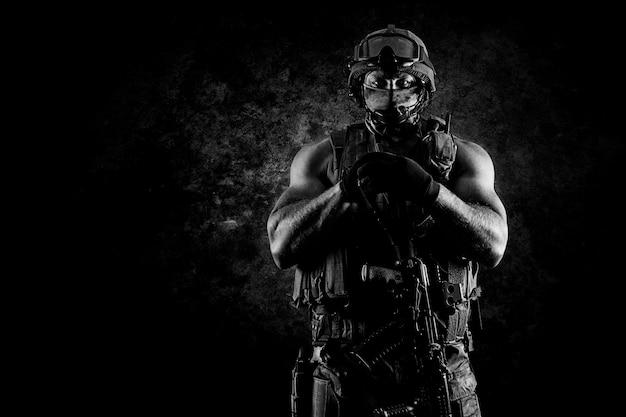 Солдат спецподразделения имеет преимущество с автоматом. смешанная техника