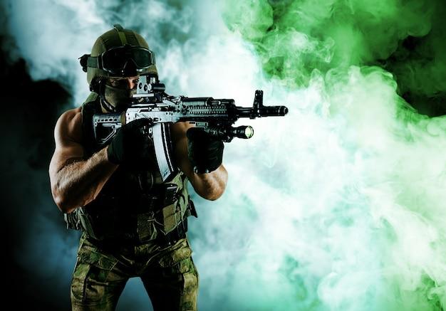 特殊部隊の兵士が自動武器を持って立っている。ミクストメディア