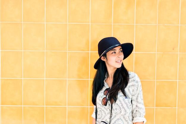 一人のアジア人女性旅行者