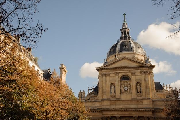 소르본은 파리에 위치한 라틴 쿼터의 건물입니다.