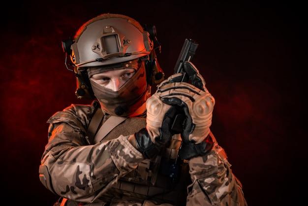 Солдаты спецназа в каске с ружьем