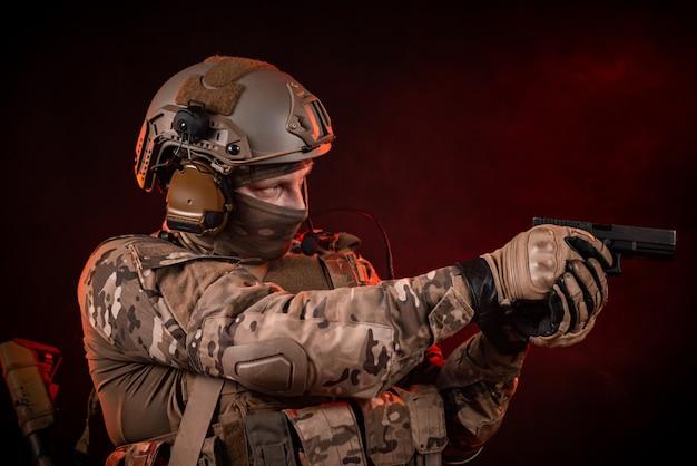 총과 헬멧에 특수 부대 군인