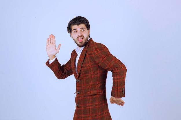 현장에서 달리는 갈색 재킷을 입은 대변인.