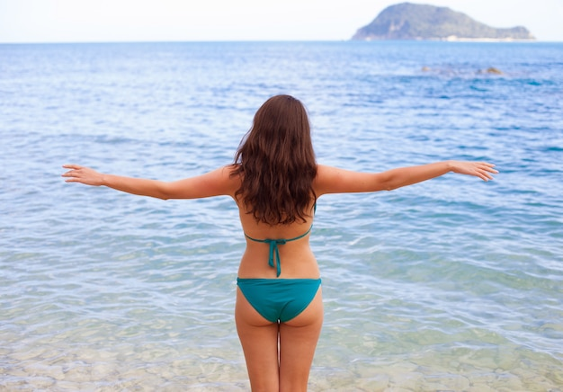 Спортивная молодая девушка плавает в море
