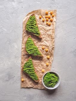 ひよこ豆のパンに広がる。灰色のテーブル、トップビューでさまざまなディップソース