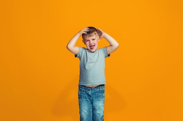 Косоглазый мальчик-подросток со странным выражением лица