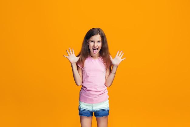 奇妙な表情の斜視の十代の少女