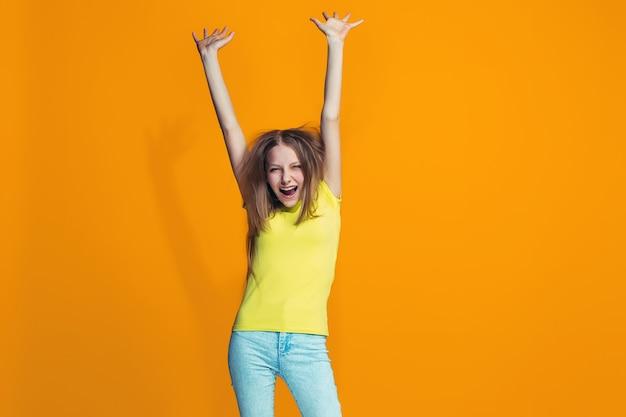 Косоглазая девочка-подросток со странным выражением лица
