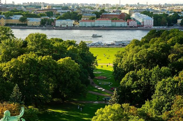 Обзорная панорама санкт-петербурга со старинными историческими улочками и парком видна с высоты санкт-петербурга. исаакиевский собор. санкт-петербург,