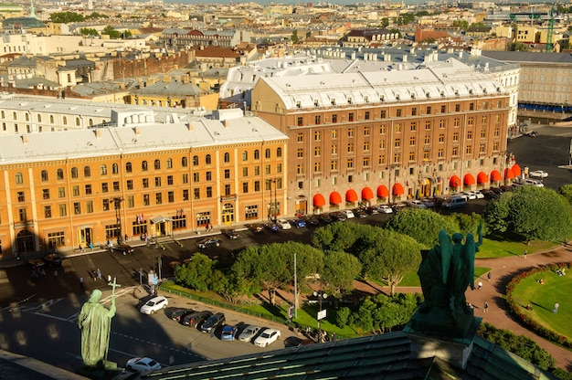 Обзорная панорама санкт-петербурга со старинными историческими улочками и зданиями видна с вершины исаакиевского собора санкт-петербург,