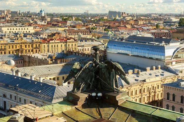 古い歴史的な通りや建物のあるサンクトペテルブルクの空中パノラマが上から見えます