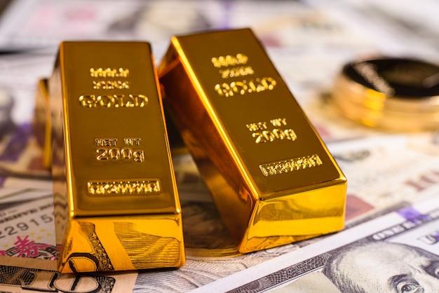 백그라운드에서 초점이 맞지 않는 암호화폐의 변동성에 대한 금의 안정적인 가치. 프리미엄 사진