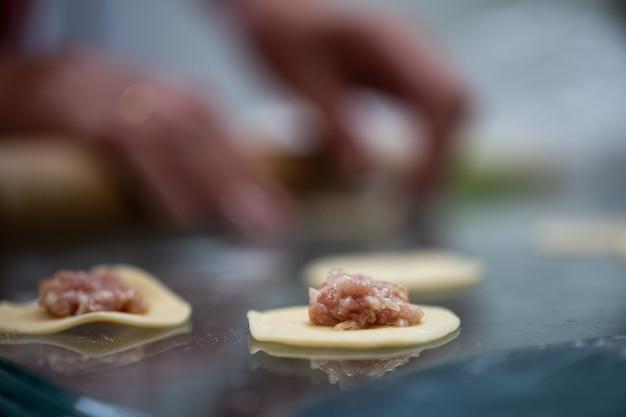 餃子を肉で調理する段階。ひき肉の生地