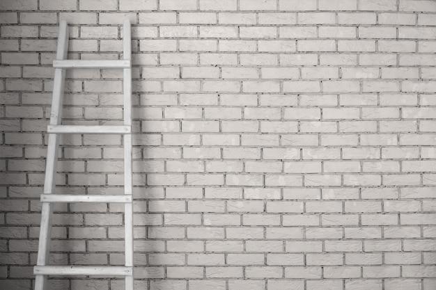 Лестница приставлена к стене.