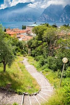 Лестница, ведущая в небольшую деревню торболе на озере гарда, италия.