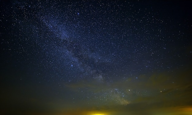 Звезды млечного пути с облаками в ночном небе.
