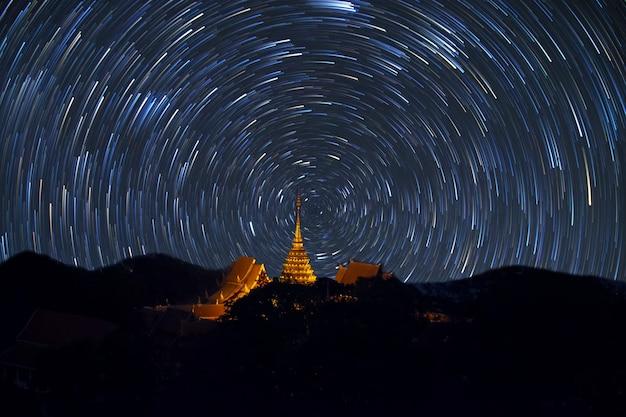 태국 치앙마이의 왓 프라탓 도이 수텝 템프 위로 스타테일의 별 흔적 밤