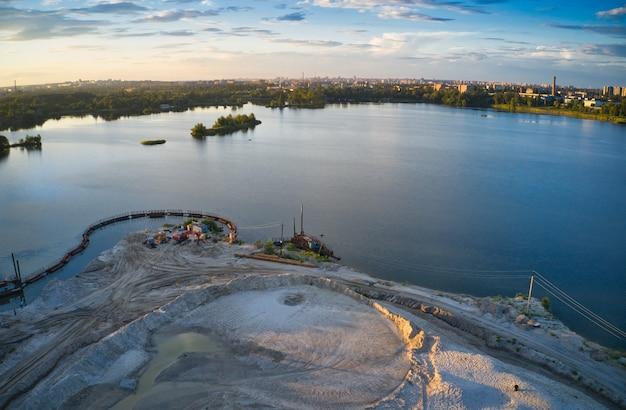 모래를 추출하고 청소하는 스테이션은 호수 주변에 서 있습니다.