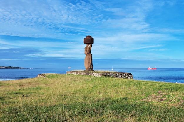 チリのイースター島のアフタハイにあるモアイ像