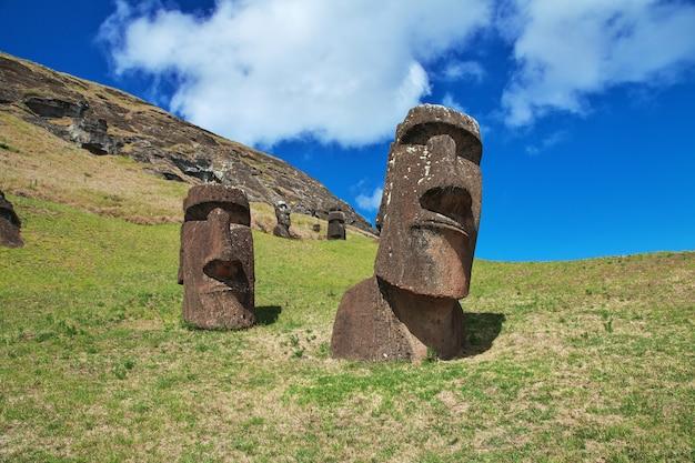 チリのラパヌイイースター島のラノララクのモアイ像