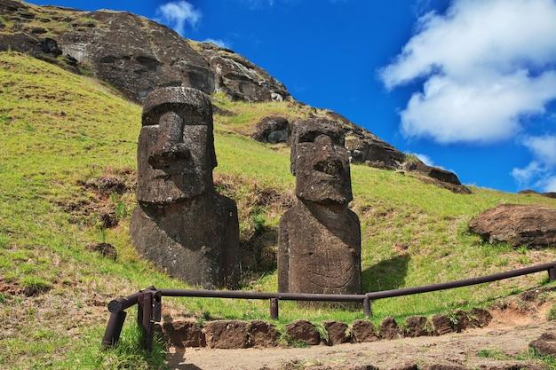 Статуя моаи в рано рараку на острове пасхи рапа-нуи в чили
