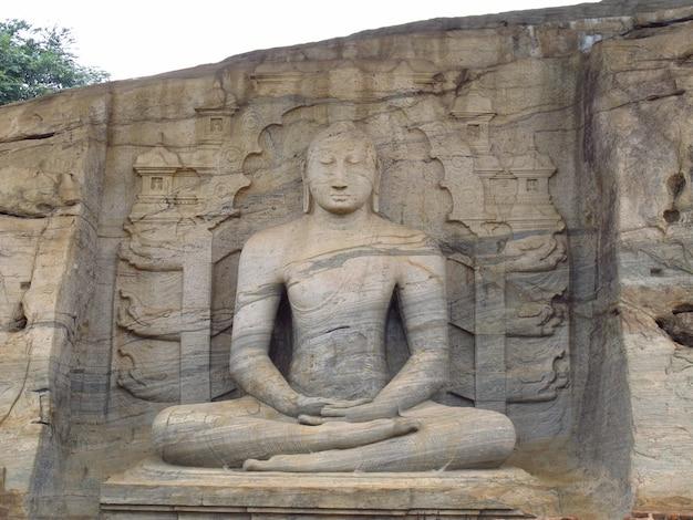 스리랑카의 폴로 나루와 폐허에서 부처님의 동상