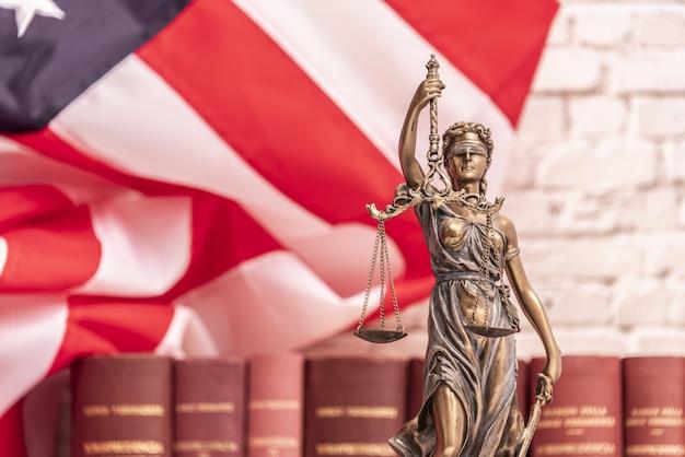 正義のテミスまたはiustitiaの像は、国連の旗に対して目隠しされた正義の女神...
