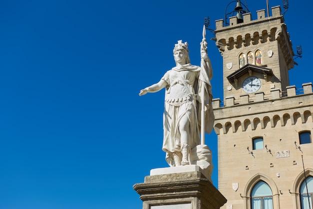 Статуя свободы и ратуша в сан-марино, республика сан-марино