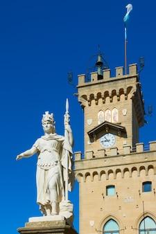 Статуя свободы и ратуша города сан-марино, сан-марино