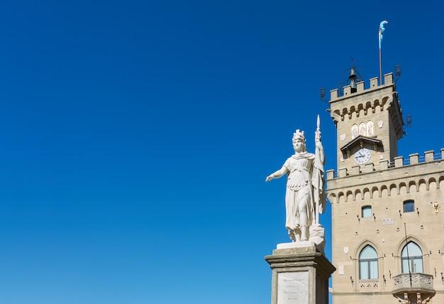 Статуя свободы и ратуша города сан-марино