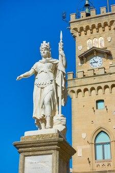 Статуя свободы возле ратуши в сан-марино