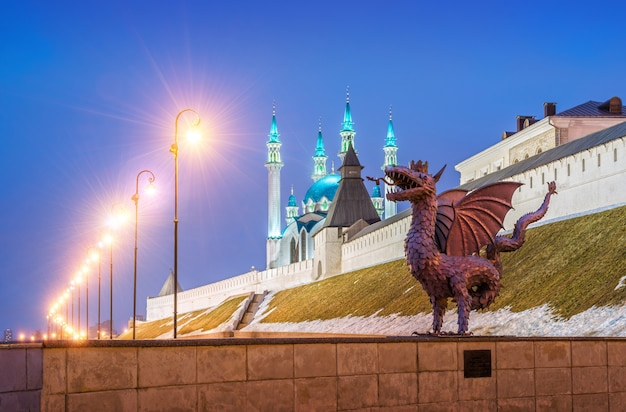 겨울 저녁에 카잔 크렘린에 있는 용 질란트의 동상