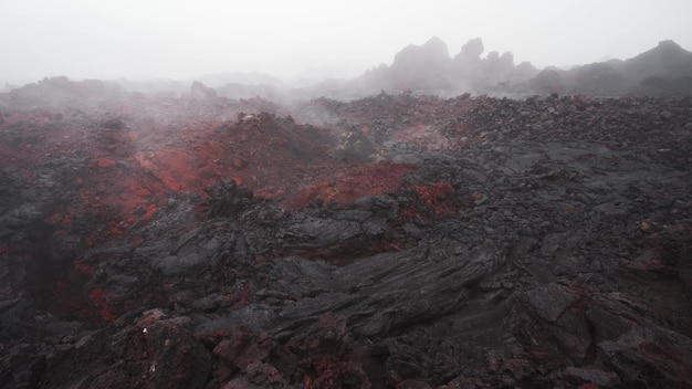火山溶岩の割れ目から出てくる蒸気