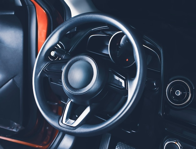 Руль в кабине водителя современного автомобиля