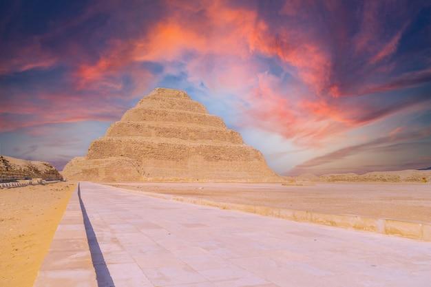日没時のジェゼル王の階段状のピラミッド、サッカラ。エジプト。メンフィスで最も重要なネクロポリス。世界で最初のピラミッド