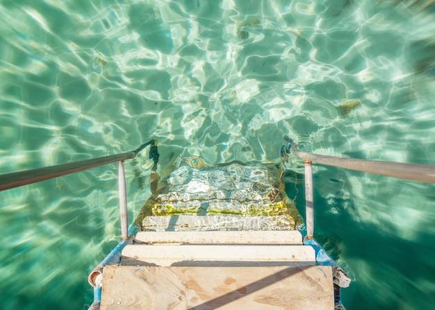 석양의 물로 이어지는 계단