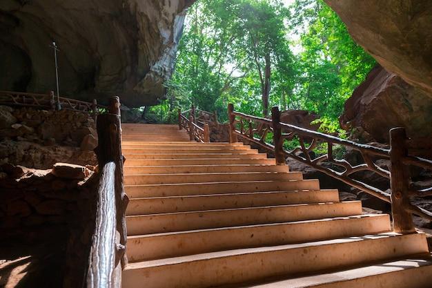 Вход в каменную пещеру, вид изнутри