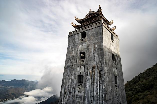 ファンシーパン山の寺院にある石塔とパビリオンは、インドシナで最も高い山の頂上にあります。