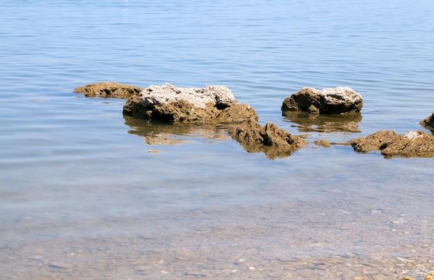 アドリア海に横たわる石、クローズアップ