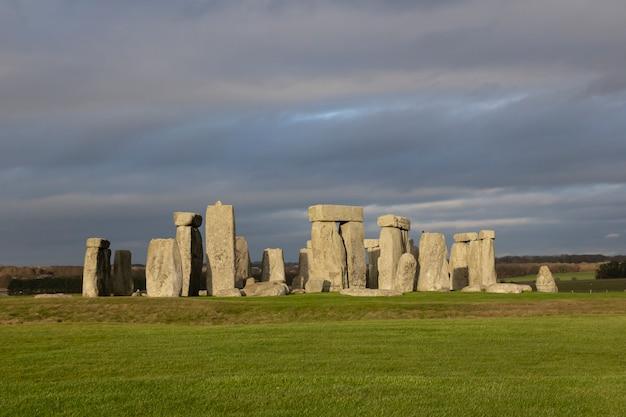 Камни стоунхенджа - известная достопримечательность и красивая природа в графстве уилтшир, англия