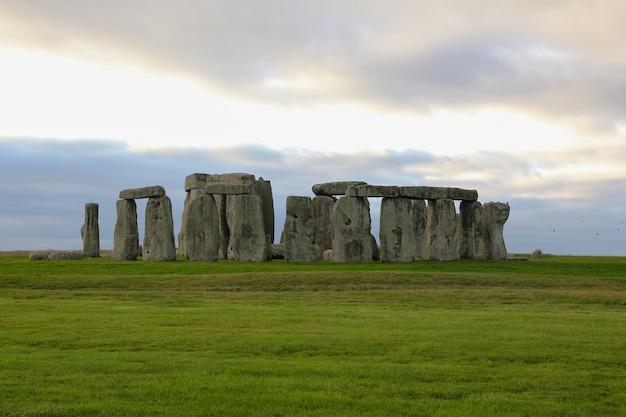Камни стоунхенджа - известная достопримечательность и красивая природа в уилтшире, англия.