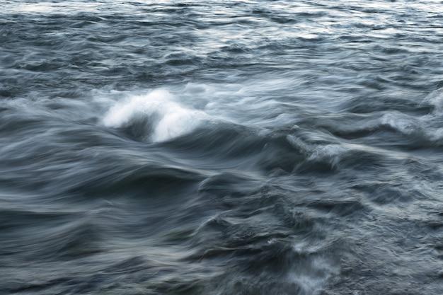 Ручей воды, размытый вид. мощный поток воды с приборами на море.