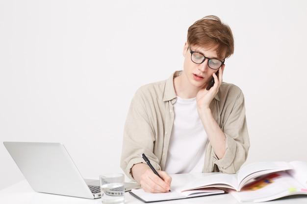 Студент занимается, сидит за столом