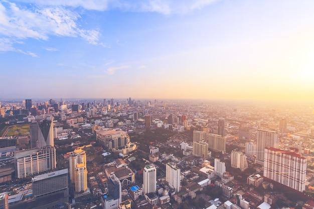 Потрясающий панорамный вид на бангкок, столицу и самый густонаселенный город королевства таиланд.