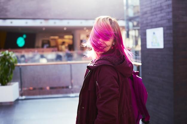 Стильная девушка, идущая по торговому центру
