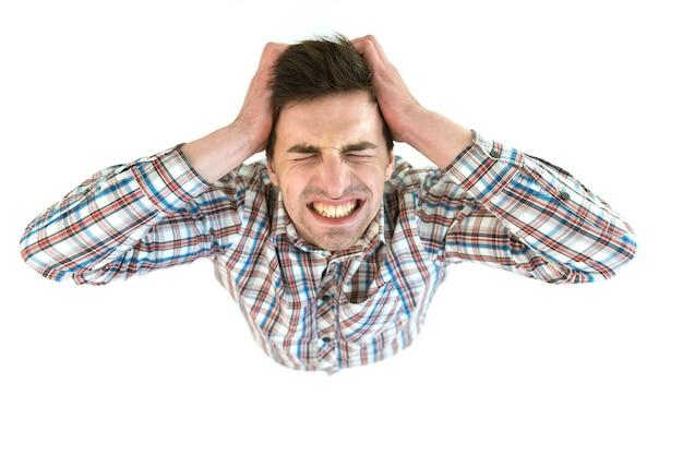 苦しんでいる人は白い背景に叫びます。上から見る